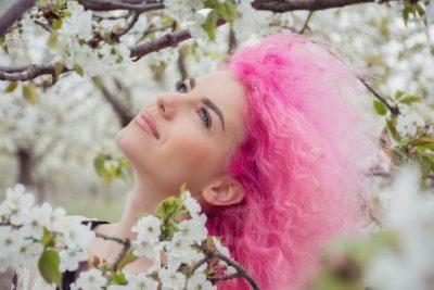 赤い髪の女性の画像