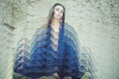 身体が歪んで見える女性の画像