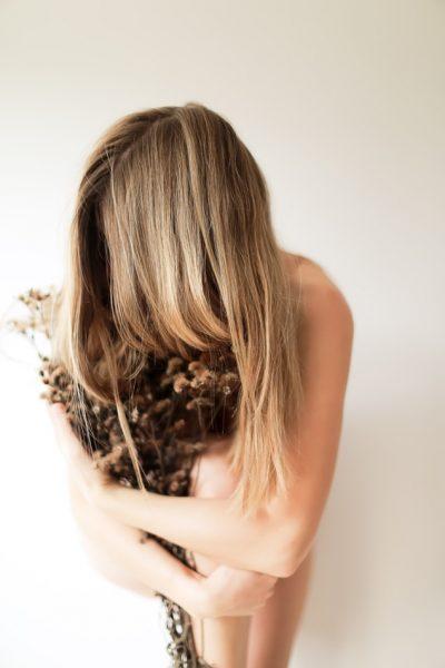 植物を抱く女性の画像