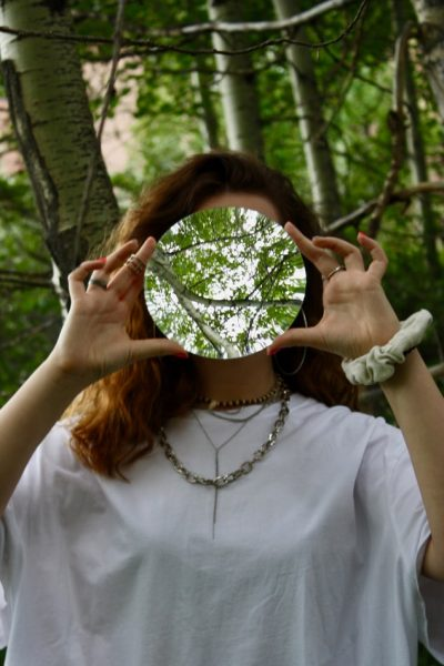 鏡を持つ女性の画像