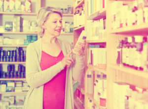 商品を選ぶ女性の画像