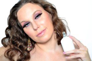 化粧をした女性の写真