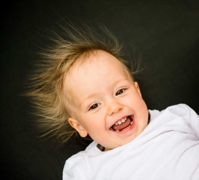 電気で髪の毛が立つ赤ちゃん