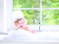 シャンプーしている子供の画像