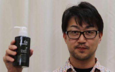 チャップアップシャンプーを持つ男性の画像