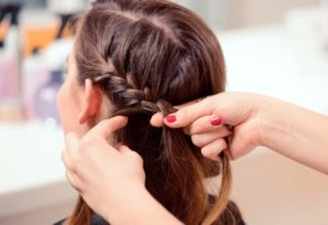 編み込みヘアー女性の画像