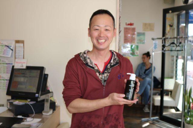 チャップアップシャンプーを持つ36歳男性の画像