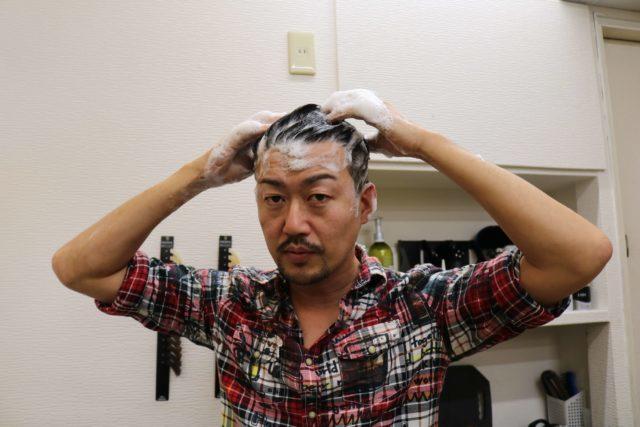 ブブカシャンプーで頭を洗う画像