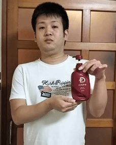 スカルプD脂性肌用を持つ男性の画像
