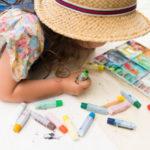 紙に色塗りをする女の子