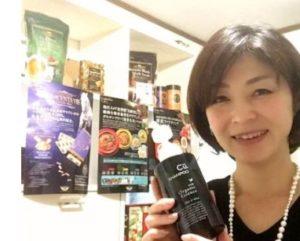 チャップアップシャンプーを持つ女性の画像