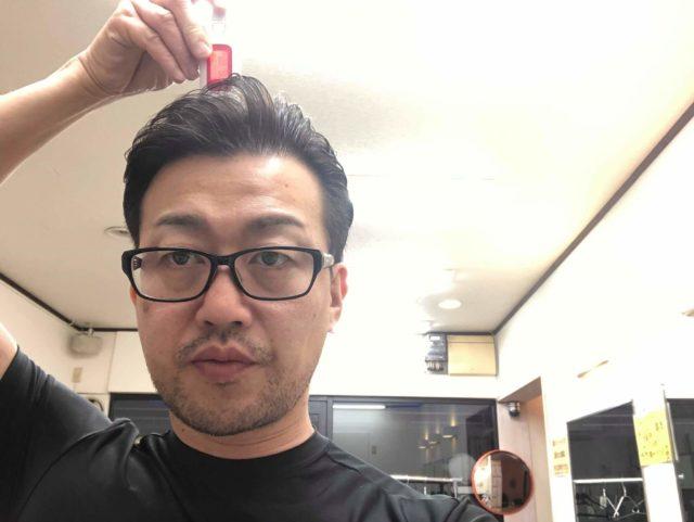 頭皮チェックする男性の画像
