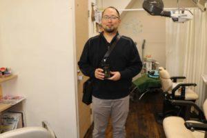 イクオスブラックシャンプーを持つ男性の画像
