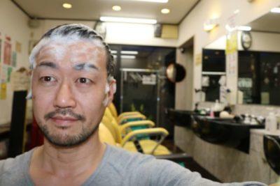 ウーマシャンプーで頭を洗う男性の画像