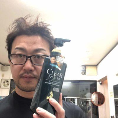 クリアフォーメンシャンプーを持つ男性の画像