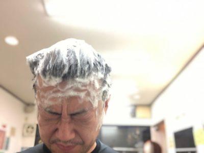 頭を洗う男性の画像