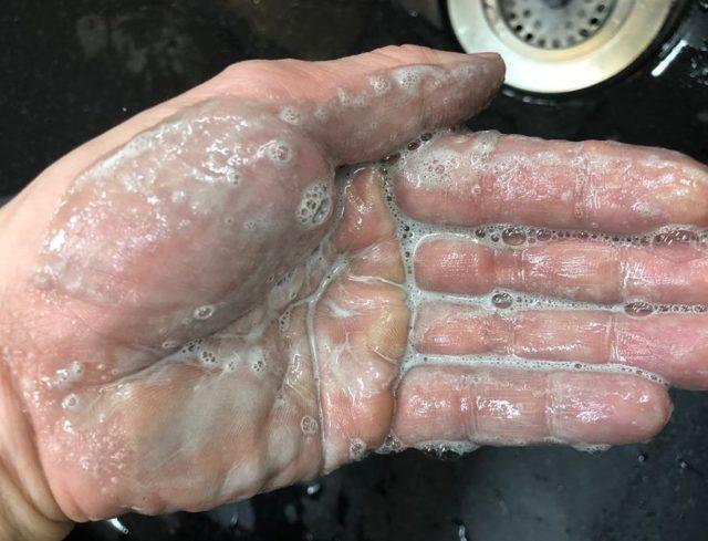プレミアムブラックシャンプーを手で泡立てた画像