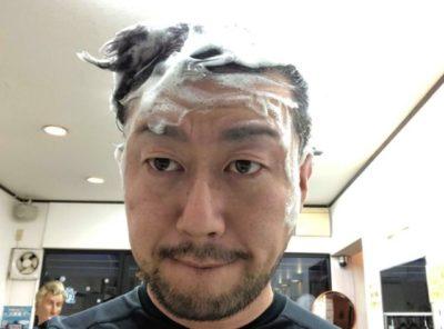 モンゴ流シャンプーで頭を洗う男性の画像