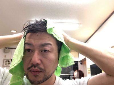 タオルドライをする男性の画像