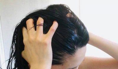 濡れた髪を触る女性の画像