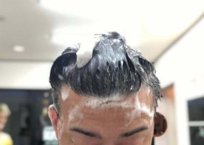メリットシャンプーで頭を洗う男性の画像
