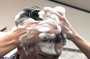 サクセスシャンプーで頭を洗う男性の画像