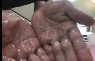 ラックスシャンプーで頭を洗う男性の画像