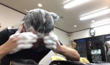 ラックスルミニークボタニカルピュアシャンプーで頭を洗う男性の画像