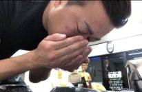 ラックスルミニークボタニカルピュアシャンプーを匂ぐ男性の画像