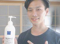 アミノ酸石鹸シャンプーを持つ男性の画像