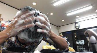 ジゲンシャンプーで頭を洗う男性の画像