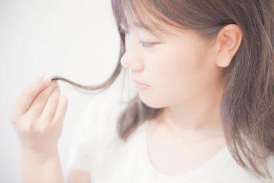 髪の毛を触る女性の画像