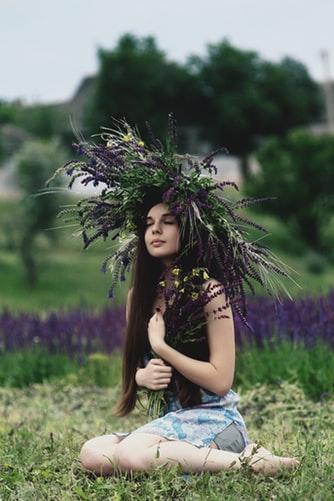 頭に葉っぱを乗せている画像