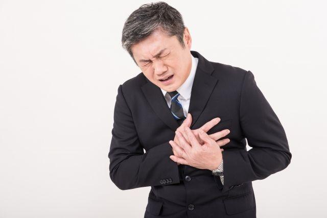 胸が痛む男性