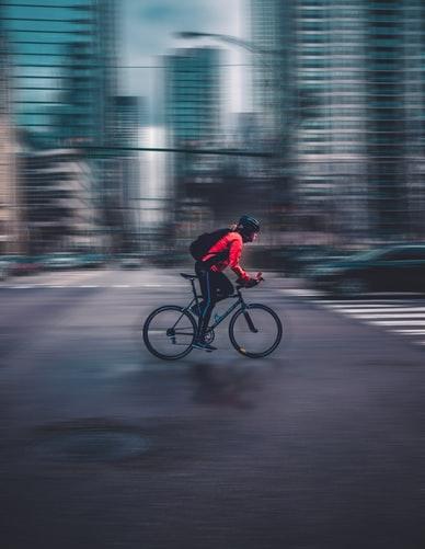 自転車で運動する女性の画像