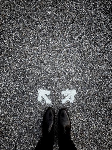 人の足元に矢印が書いてある画像