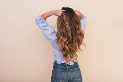 女性が髪をかき上げる画像