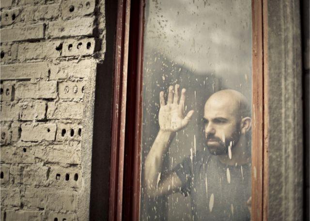 外を見る男性