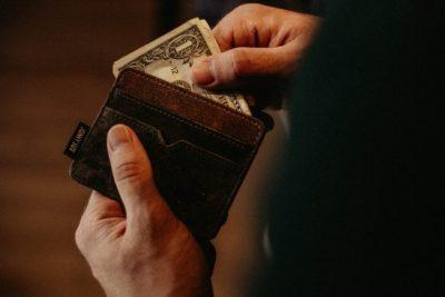 財布からお金を出す画像
