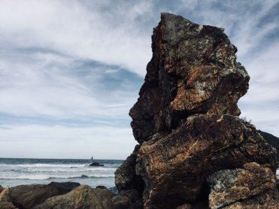 頭の形をイメージした岩の画像