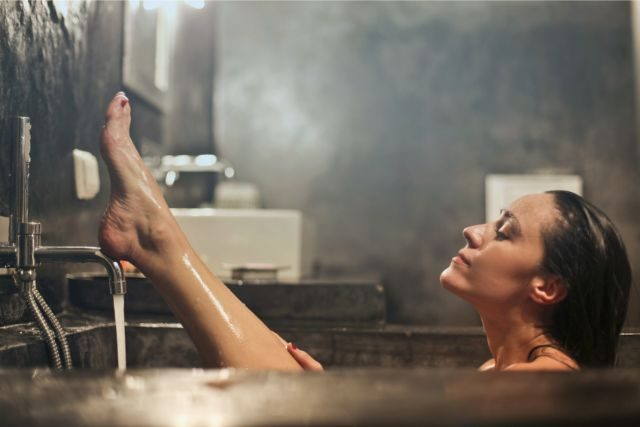 湯船に浸かる女性