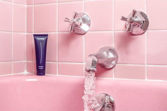ピンクの浴室